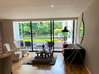 Una sala de estar con suelos de madera dura y un gran ventanal en Apartamento en Loma del Escobero, Envigado - Tres alcobas