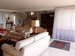 Una sala de estar llena de muebles y una chimenea en Apartamento en La Tomatera, Poblado - Tres alcobas