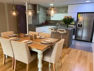 Una cocina con una mesa de comedor y sillas en Apartamento en Loma del Escobero, Envigado - Tres alcobas