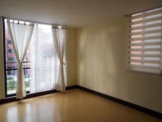 Un cuarto de baño con una ventana y una cortina de ducha en Palmar