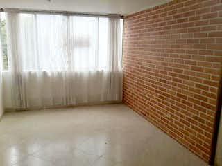 Un cuarto de baño con un inodoro y una cortina de ducha en Apartamento en El Portal, Envigado - Tres alcobas
