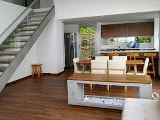 Una sala de estar llena de muebles y un suelo de madera en Bosques del Retiro