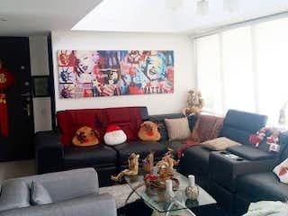 Una sala de estar llena de muebles y una gran ventana en Reserva de la Maria