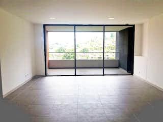 Un cuarto de baño con ducha y una ventana en Apartamento en Loma del Escobero, Envigado - Tres alcobas