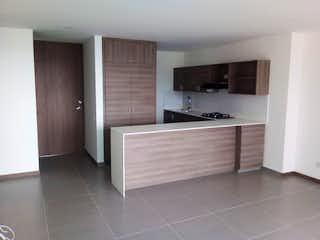 Un cuarto de baño con lavabo y bañera en Apartamento en Loma del Escobero, Envigado - Dos alcobas