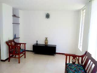 Una sala de estar llena de muebles y una chimenea en Casa en Loma de las Brujas, Envigado - Cuatro alcobas