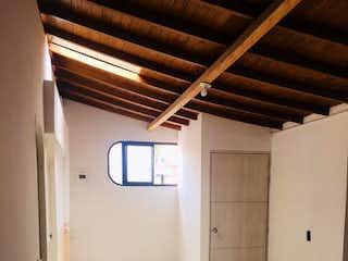 Un cuarto de baño con un inodoro y un lavabo en Apartamento en El Trianon, Envigado - Dos alcobas