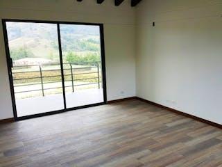 Una habitación que tiene una ventana en ella en Padua