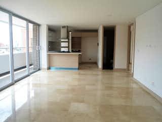 Una vista de una cocina desde el pasillo en Apartamento en Los Almendros, Belen - Tres alcobas