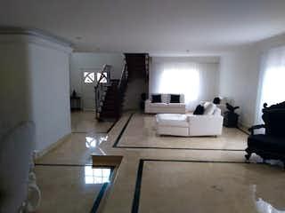 Una sala de estar llena de muebles y una chimenea en Casa en Los Balsos, Poblado - Cuatro alcobas