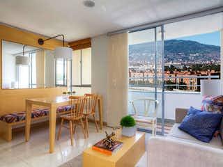 Una sala de estar llena de muebles y una gran ventana en Ensenada