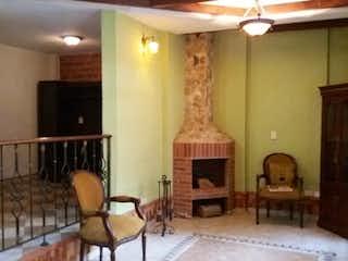 Una sala de estar llena de muebles y una chimenea en Vegas de Guadarrama