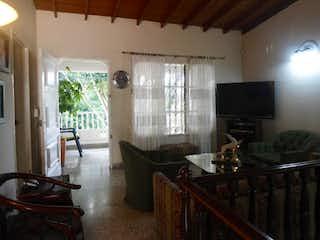 Una sala de estar llena de muebles y una televisión de pantalla plana en Las Acacias