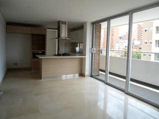 Una cocina con una ventana, un fregadero y un refrigerador en EL NOGAL