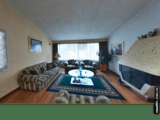 Una sala de estar llena de muebles y una ventana en Venta de Casa en Modelia