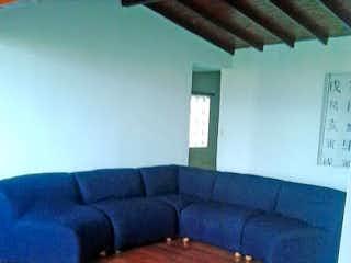 Una sala de estar con un sofá y un sofá en -
