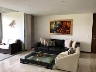 Una sala de estar llena de muebles y una televisión de pantalla plana en Apartamento en La Abadia, Envigado - Tres alcobas