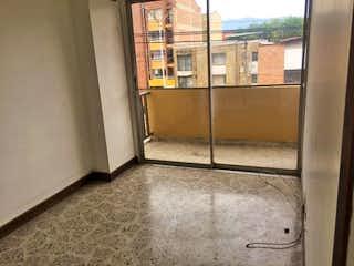Un cuarto de baño que tiene una puerta de cristal en Torremolinos