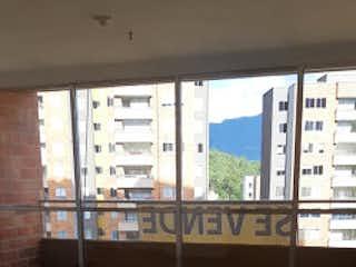 Un baño con una ventana y una ventana grande en Apartamento en San German, Robledo - Tres alcobas