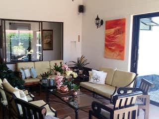 Una sala de estar llena de muebles y una televisión de pantalla plana en Andalucia