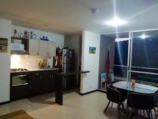 Una cocina con nevera y fregadero en ARBOLEDA DE LA ESTRELLA