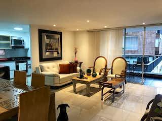 Una sala de estar llena de muebles y una televisión de pantalla plana en Molino de Zuñiga