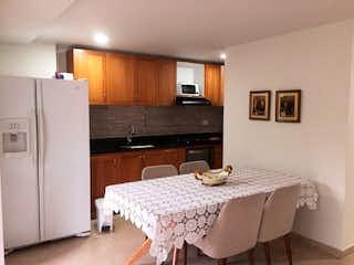 Una habitación de hotel con una cama y una cómoda en Apartamento en La Paz, Envigado - Tres alcobas