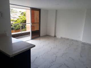 Un cuarto de baño con un inodoro blanco y una ventana en Apartamento en Simon Bolivar, La America - Tres alcobas