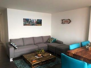 Una sala de estar con un sofá y una mesa de café en Apartamento en Aves Maria, Sabaneta - Tres alcobas