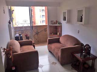 Una sala de estar llena de muebles y una ventana en Apartamento en Pajarito, Robledo - Tres alcobas