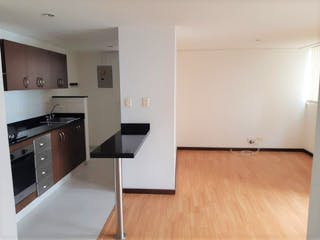 Cocina con nevera y horno de fogones en Apartamento en La Candelaria, San Diego - Dos alcobas