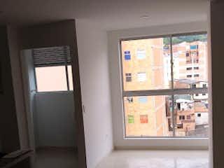 Una vista de una sala de estar con una ventana en -