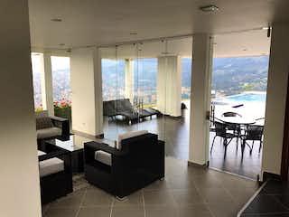 Una sala de estar llena de muebles y una ventana en Casa en Loma del Barro, Envigado - 730mt, seis alcobas, piscina