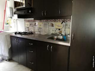 Una cocina con fregadero y nevera en Apartamento en venta en Belen Rincón, Medellín.