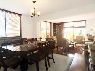 Una sala de estar llena de muebles y una ventana en ACOGEDOR APTO RODEADO DE GRAN TERRAZA – VENTA – Cra 17 Cll 103 – SANTA PATRICIO