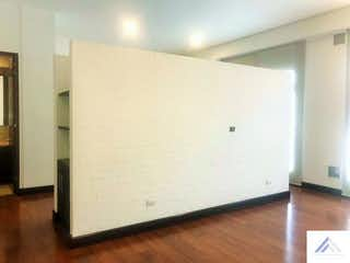 Un refrigerador congelador blanco sentado dentro de una cocina en Soho 94