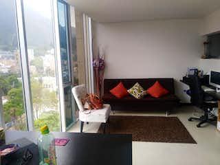 Una sala de estar llena de muebles y una ventana en Torre Bicentenario