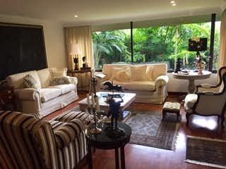 Una sala de estar llena de muebles y una gran ventana en TORRES CLARAS 104