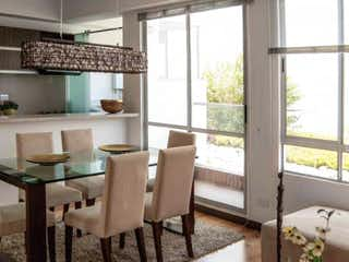 Una cocina con una mesa y sillas en ella en Apartamento en San Antonio Norte, Verbenal - 109mt, tres habitaciones, balcón