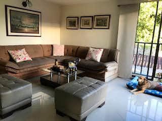 Una sala de estar llena de muebles y una ventana en alqueria de san isidro