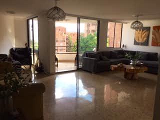 Una sala de estar llena de muebles y una gran ventana en ALTOS DE NIZA