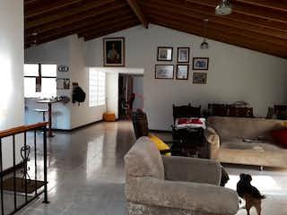 Una sala de estar llena de muebles y una mesa de café en Apartamento en  Belén Rosales Medellin - 178 mts, 1 parqueadero.