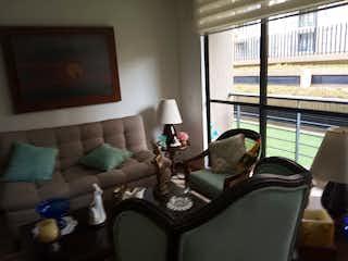 Una sala de estar llena de muebles y una ventana en Conjunto Residencial Teca