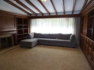 Una sala de estar llena de muebles y una ventana en Casa en Santa Ana, Usaquen - 600mt, cuatro alcobas, chimenea