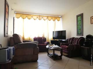 Una sala de estar llena de muebles y una televisión de pantalla plana en Apartamento en venta en La Esmeralda, Itagui.