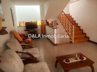 Una sala de estar llena de muebles y una mesa en Casa en venta en Casco Urbano Chía 199m² con Balcón...