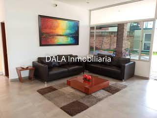 Una sala de estar con un sofá y una mesa de café en Apartamento en venta en Fusca con Gimnasio...