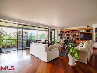 Una sala de estar llena de muebles y una gran ventana en Sierralta