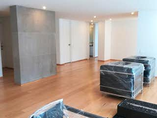 Una sala de estar llena de muebles y un suelo de madera dura en Apartamento en El Refugio, Chico - 149mt, dos alcobas, chimenea