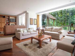 Una sala de estar llena de muebles y una gran ventana en CA SAN SEBASTIAN